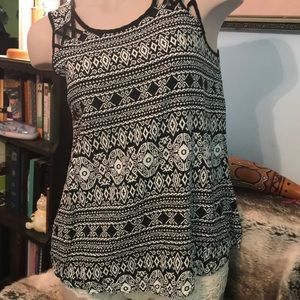 top.size m black and white.